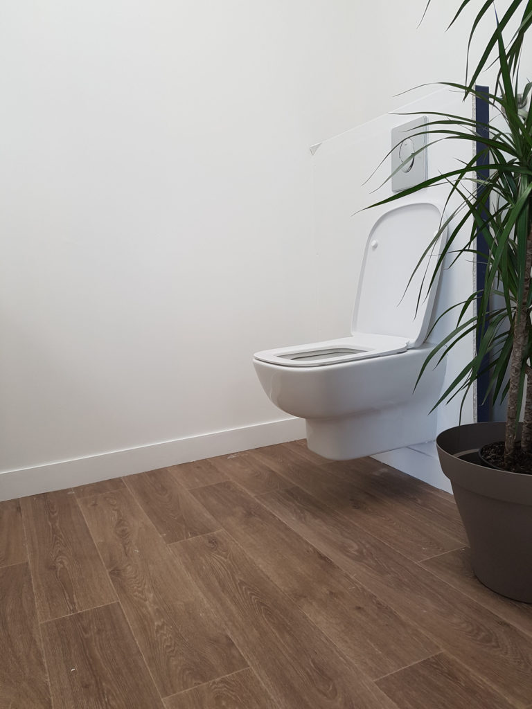 Modèle de toilettes disponible au showroom
